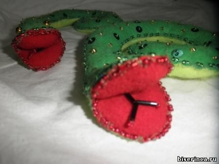 новогодняя змея из фетра с бисером
